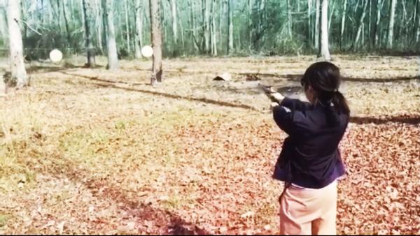 銃を撃つ人