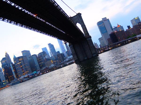 真下から見るブルックリンブリッジ
