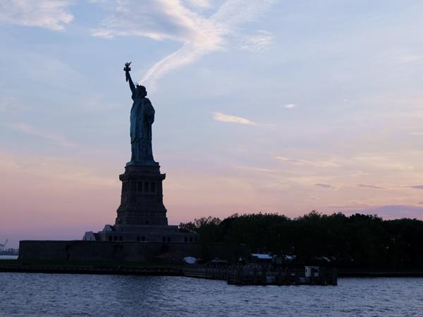 夕暮れ時の自由の女神の横顔