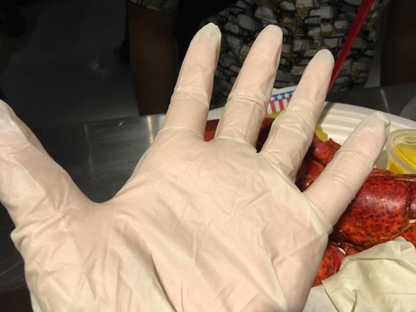 チェルシーマーケットのロブスターを食べる手袋