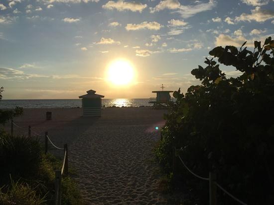 ビーチで見る朝日